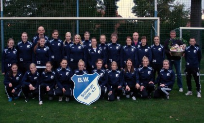 BW Schwege Damenteams mit Sponsor Martin auf der Landwehr von Martins Getränkemarkt