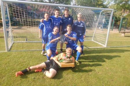 Siegerteam + Torschützenkönig beim 8. Blaue Neun Cup von BW Schwege